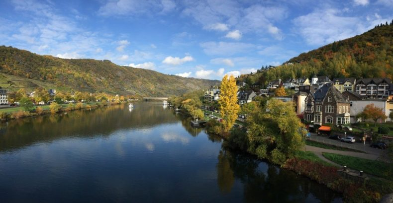 De rivier de moezel kronkelt door de duitse Eifel