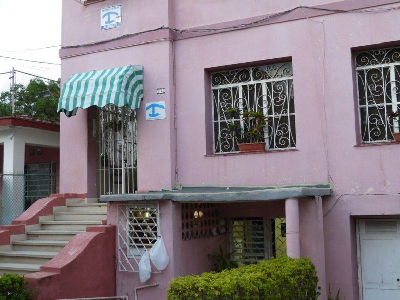 Naast de deur zie je het teken van een casa particulare in Cuba