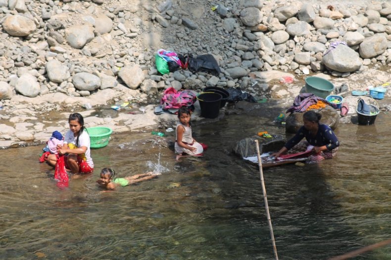 indonesie-sumatra-bukit-lawang-rivier-kinderen