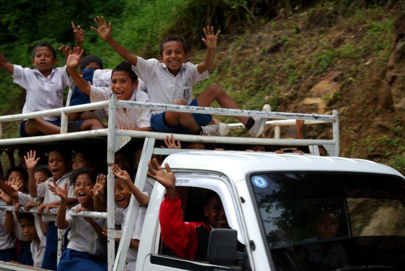 Indonesie-Flores-kinderen-bus