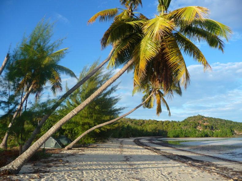 Madagaskar-kamperen-strand-cruise